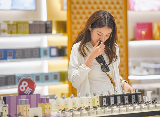 10月4日,消費者在海口日月廣場免稅店選購商品。(新華社)