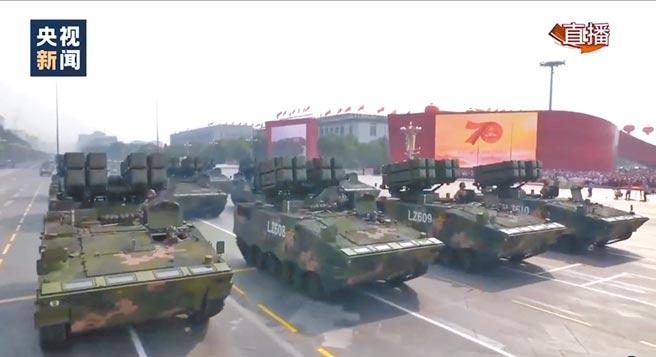2019年大陸十一閱兵的紅箭-10反坦克飛彈方隊。(取自微博@央視新聞)