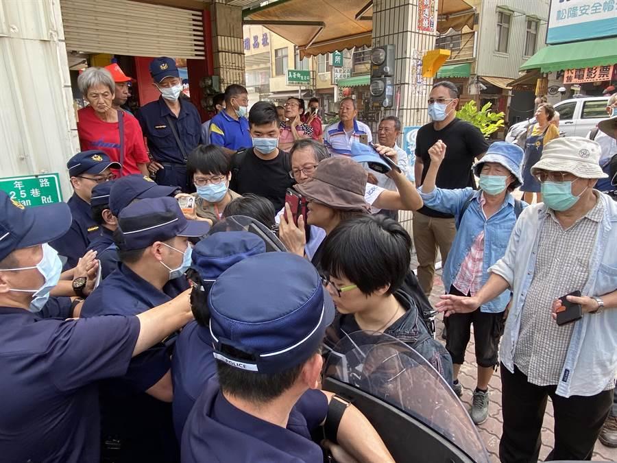 民眾跟警方發生衝突多波推擠。(曹婷婷攝)
