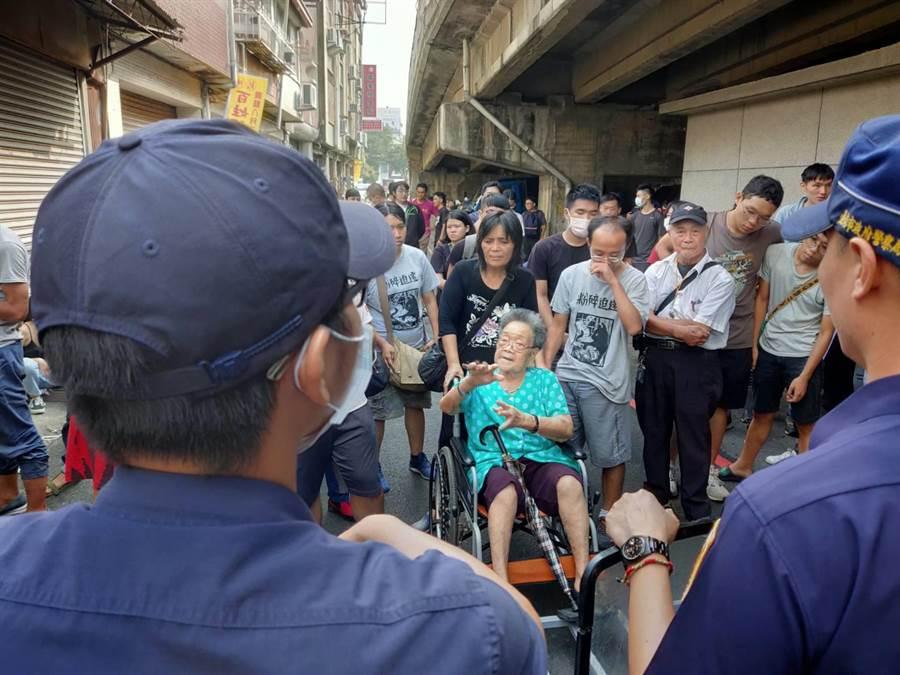 屋主黃春香又推著老母親到警方封鎖線前,訴說被強拆的不滿。(洪榮志攝)