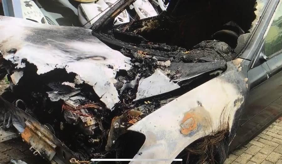 該自小客車肇事後竟拖著機車到起火後逃逸。(翻攝照片/張亦惠嘉縣傳真)