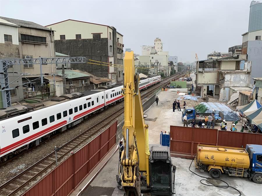 南鐵東區陳家13日遭鐵道局部分強拆。(李宜杰攝)