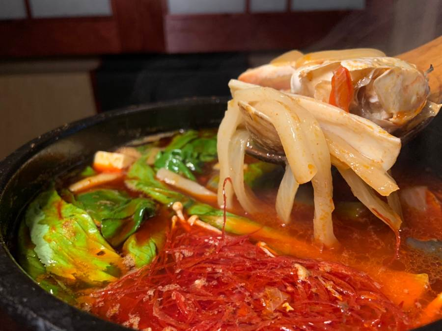 多人聚餐少不了的火鍋,則可以試試看嗜辣控最愛的「辣海鮮豆腐湯」。(圖/楊婕安攝)