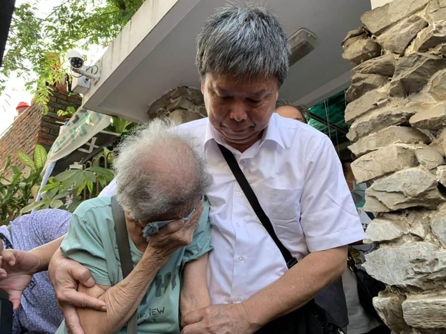 南鐵東區陳家屋主母親陳蔡信美(左)13日向老家道別,忍不住落淚。(李宜杰攝)