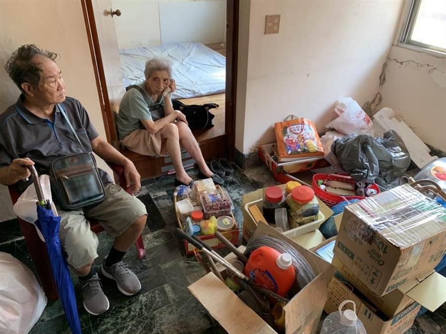 東區陳家今日在鐵道局監督下,打包家具,離開老家。(李宜杰攝)