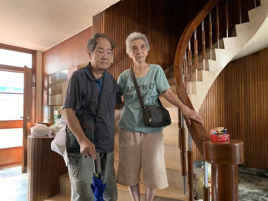 陳蔡信美(右)最喜愛的旋轉樓梯。(李宜杰攝)