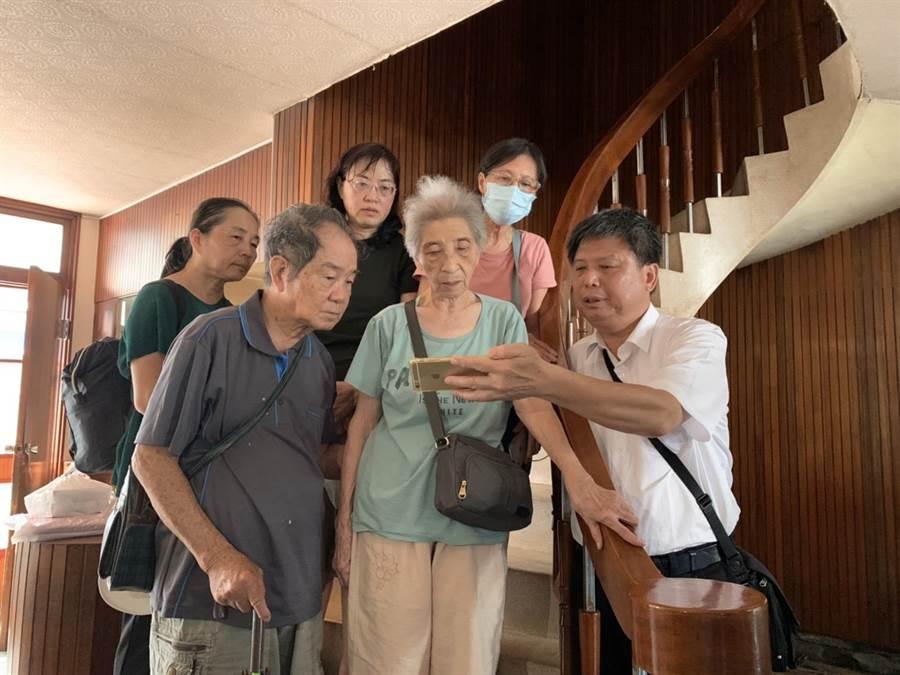 政大地政系教授徐世榮(右一)領唱聖歌。(李宜杰攝)