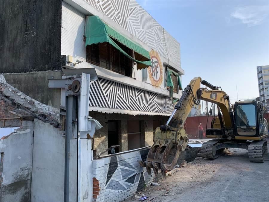 鐵道局已著手拆除東區陳家,南鐵8年抗爭畫下句點。(李宜杰攝)