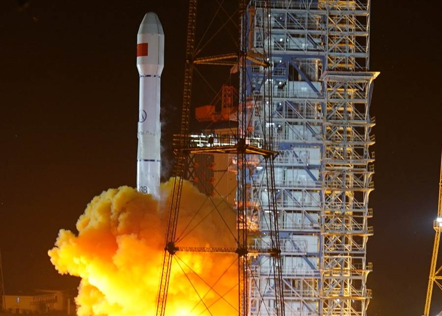 中國大陸長征3號乙運載火箭10月12日0時57分時,在西昌衛星發射中心成功將高分13號衛星發射昇空,順利將它送入預定軌道,圖為長征3號乙運載火箭點火昇空的畫面。(中新社)