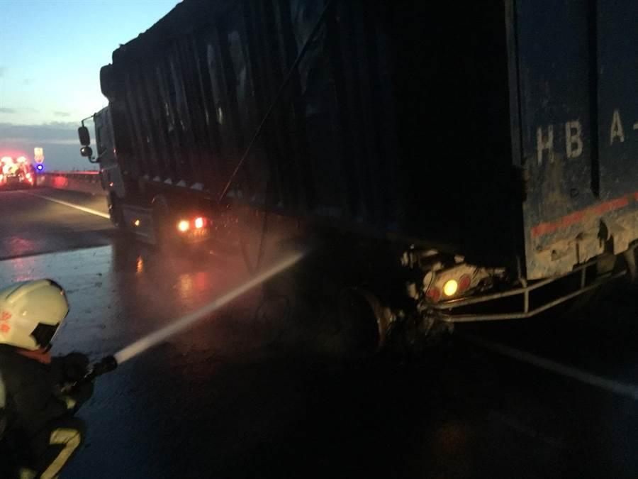 一台大卡車疑輪胎爆胎致火燒車,道路一度全線封閉。(民眾提供/陳淑娥台中傳真)
