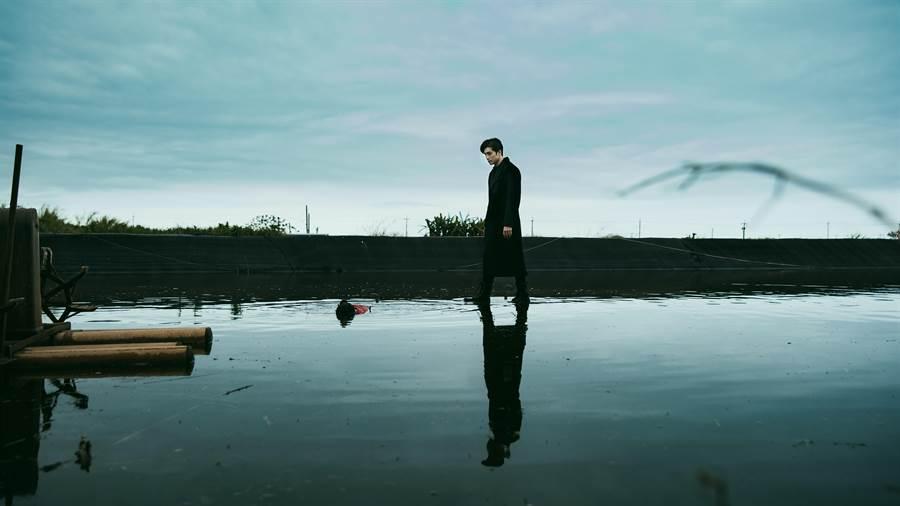 贺军翔在《天巡者》的出场戏,就是展现神力踩在水面上救人。(三立提供)