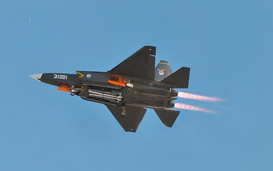 大陆新一代垂直起降型舰载机可能以FC-31「鹘鹰」战机为原型改良。(取自微博@解放军报)