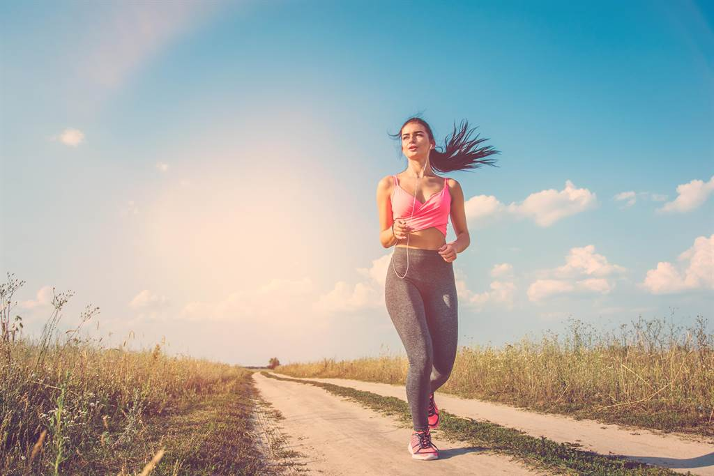 北市一名40多歲女子穿著細肩帶運動上衣晨跑,竟慘遭才20多歲男子尾隨性侵。(示意圖,達志影像/shutterstock)