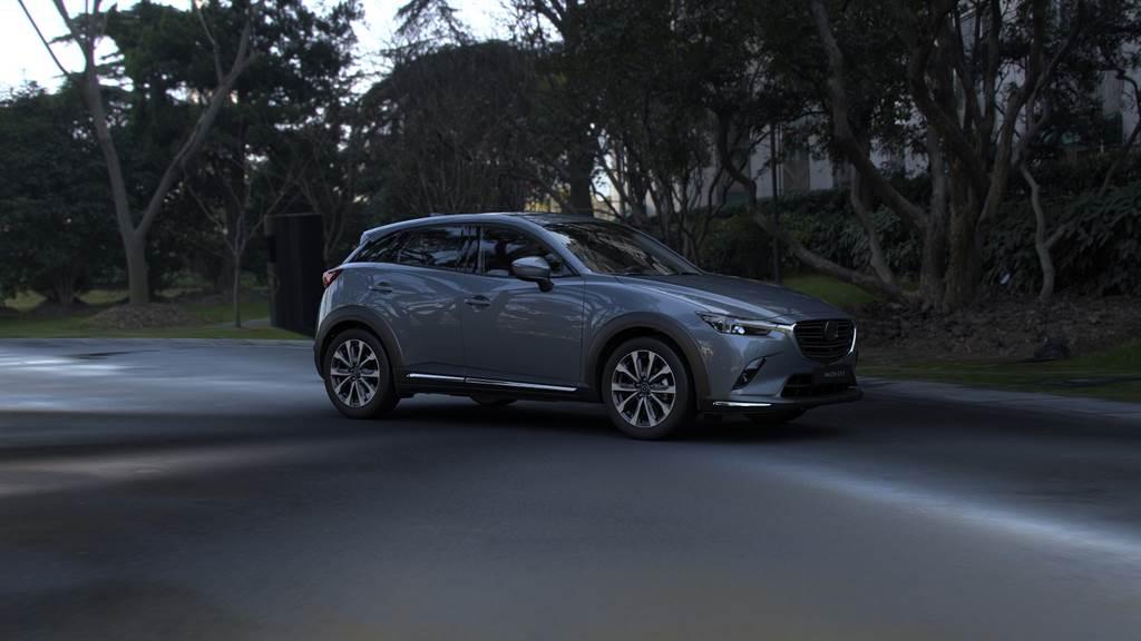 2021年式MAZDA CX-3標配包含前行煞車輔助系統(SCBS-F)、盲點偵測系統(BSM)、後車警示功能(RCTA)、車道偏移警示系統(LDWS)等多項i-ACTIVSENSE主動安全科技,並導入全新極境灰車色,售價78.9萬元起。