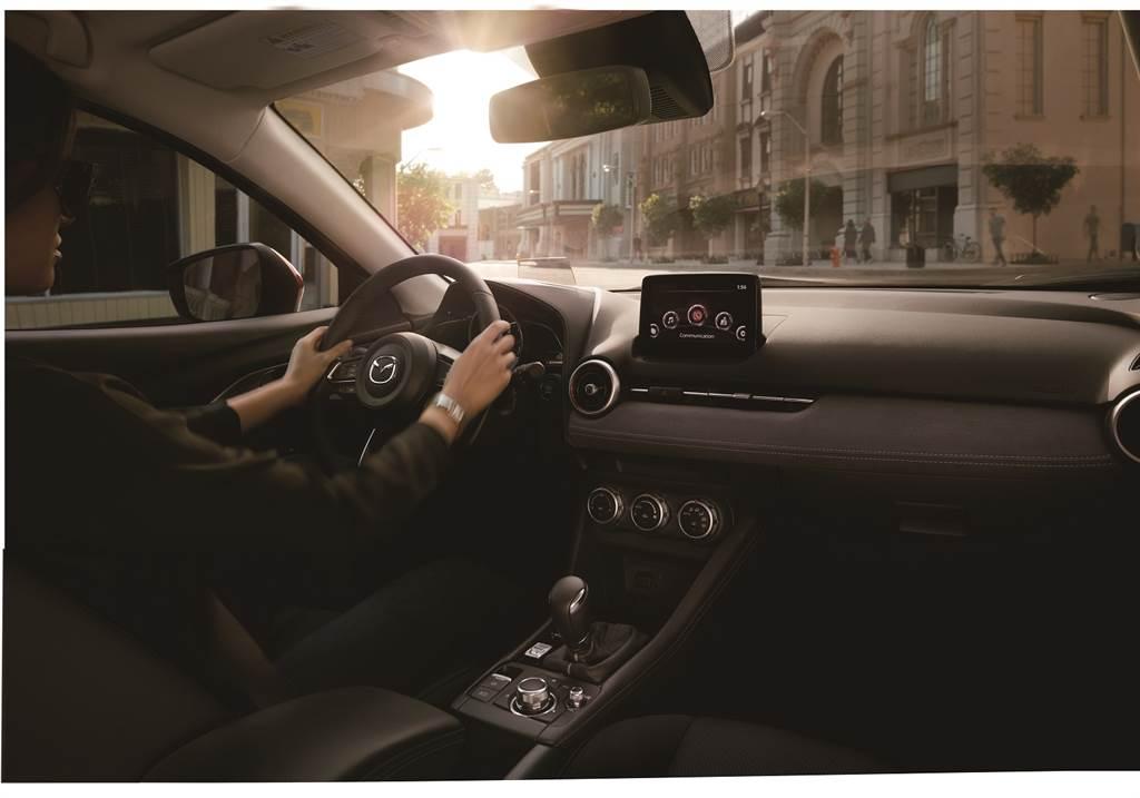 2021年式MAZDA CX-3的座椅設計聚焦打造最理想的駕駛姿勢與座椅機能,提升長時間乘坐的舒適性表現,旗艦型更配置領先同級的多項豪華舒適配備。