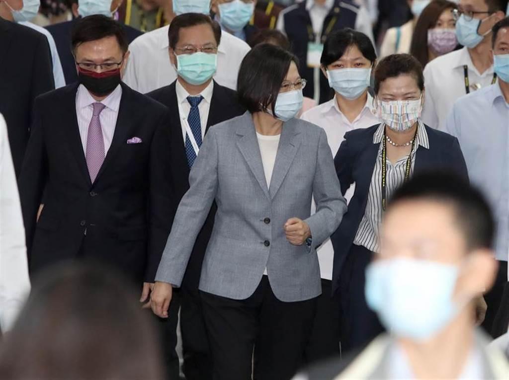 蔡英文總統(中)14日出席「2020台灣國際智慧能源週開幕典禮」,在經濟部長王美花(右)及外貿協會董事長黃志芳(左)的陪同下走入會場。(鄭任南攝)