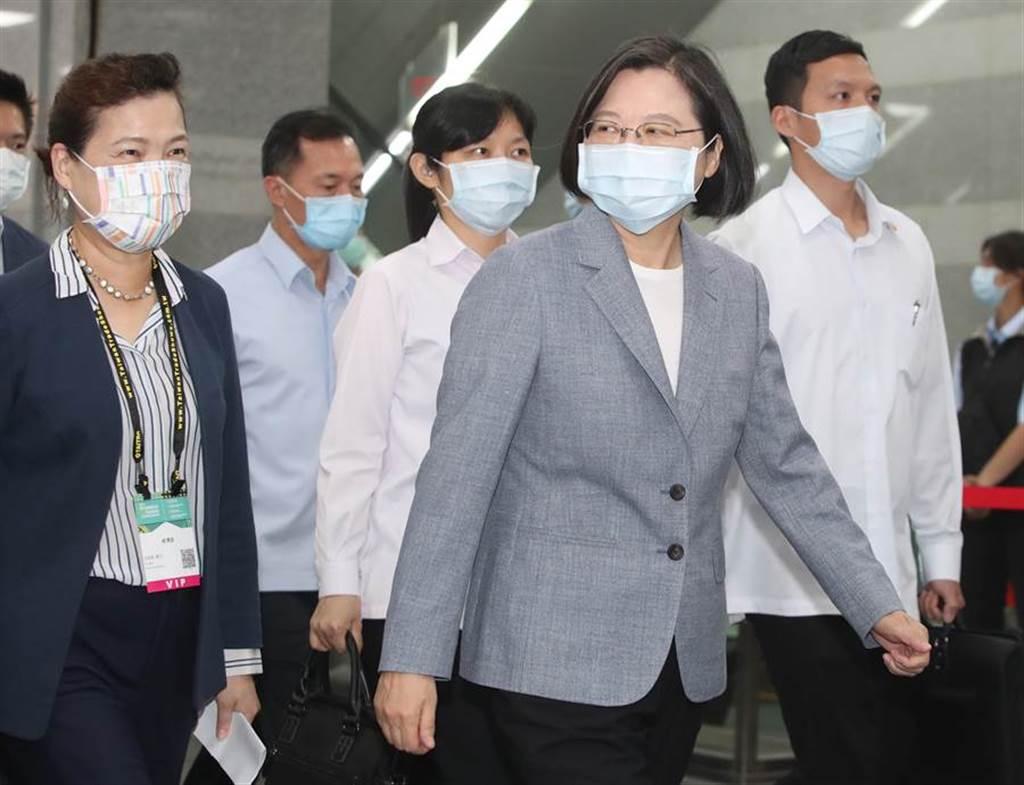 蔡英文總統(右)14日出席「2020台灣國際智慧能源週開幕典禮」,離開會場時未回應媒體的問題。圖左為經濟部長王美花。(鄭任南攝)