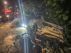 新竹五指山小客車自撞山壁護欄 右側全毀2死3傷