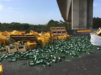 下起玻璃暴雨 和美交流道大貨車過彎甩落600箱啤酒