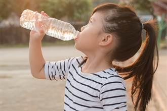 寶特瓶裝水喝 10歲女孩皮膚「流水流湯」醫一看直搖頭