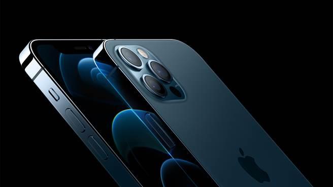 蘋果正式推出iPhone 12 Pro系列。在iPhone 11 Pro當中採用的夜幕綠款式退場,接棒的是全新的太平洋藍色款式。(摘自蘋果官網)