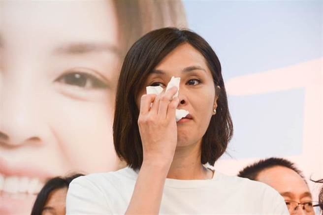 國民黨補選候選人李眉蓁7月23日開記者會,正式針對論文抄襲風波鄭重道歉,因情緒激動,忍不住落淚。(圖/本報系資料照)