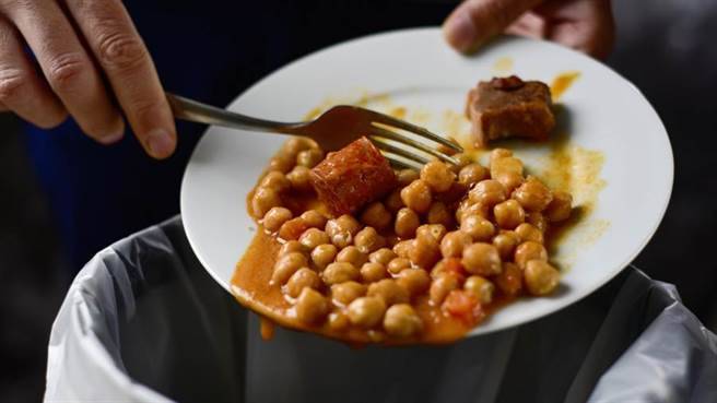 吃剩菜恐罹大腸癌?醫曝「73%患者超愛」提醒:加熱過程要小心。(圖/Shutterstock)