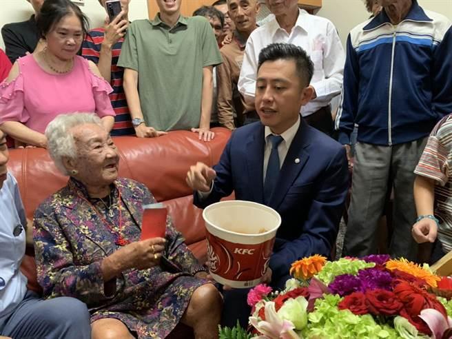 重陽節即將到來,新竹市長林智堅14日特別拜訪剛滿百歲的張林寶老奶奶,並與老奶奶一同共享炸雞美食。(陳育賢攝)