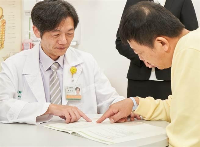 恩主公醫院健康管理中心劉顯達主任建議,可先向專業的健康管理醫療團隊諮詢,規劃出合適自己的健檢項目。(圖/恩主公醫院提供)