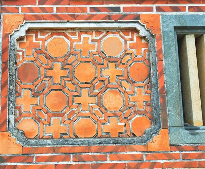 許丕簡古厝的正面磚砌,表現精湛的傳統工法之一。(李金生攝)