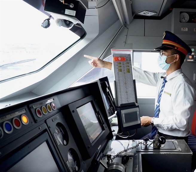 台鐵局與中科院今簽約,將安裝400套列車限速備援系統。(台鐵局提供)