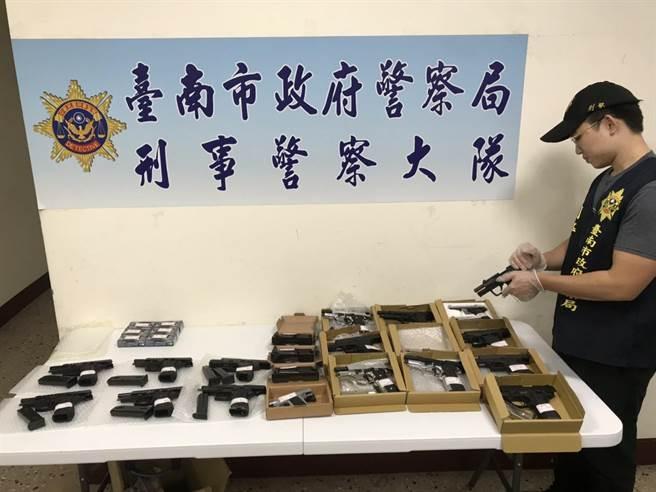刑大偵二隊查獲模擬槍證物。(台南市警察局提供/劉秀芬台南傳真)