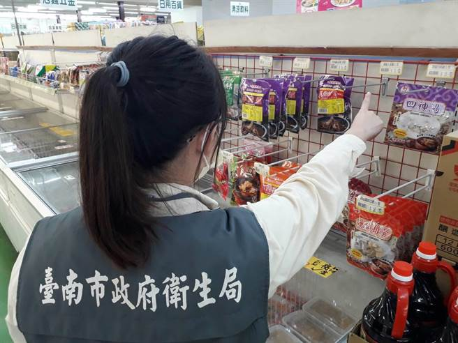 台南市政府衛生局14日到賣場稽查,當場拆封檢視,未發現異物,賣場已將該款商品先行下架辦理退貨。(台南市衛生局提供/曹婷婷台南傳真)