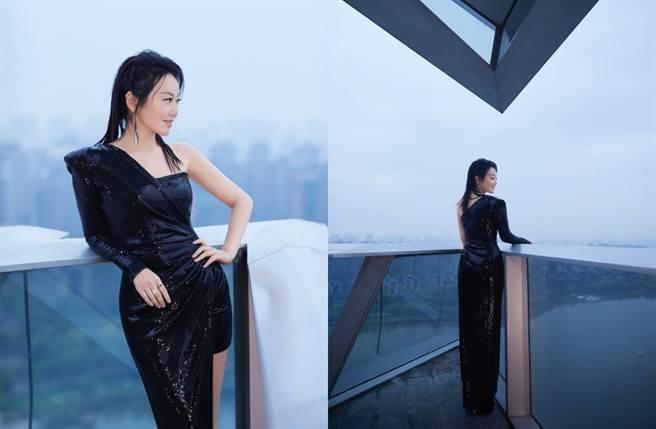 49歲女星閆妮穿上火辣禮服出席電影節活動。(圖/摘自微博@素描闫妮)