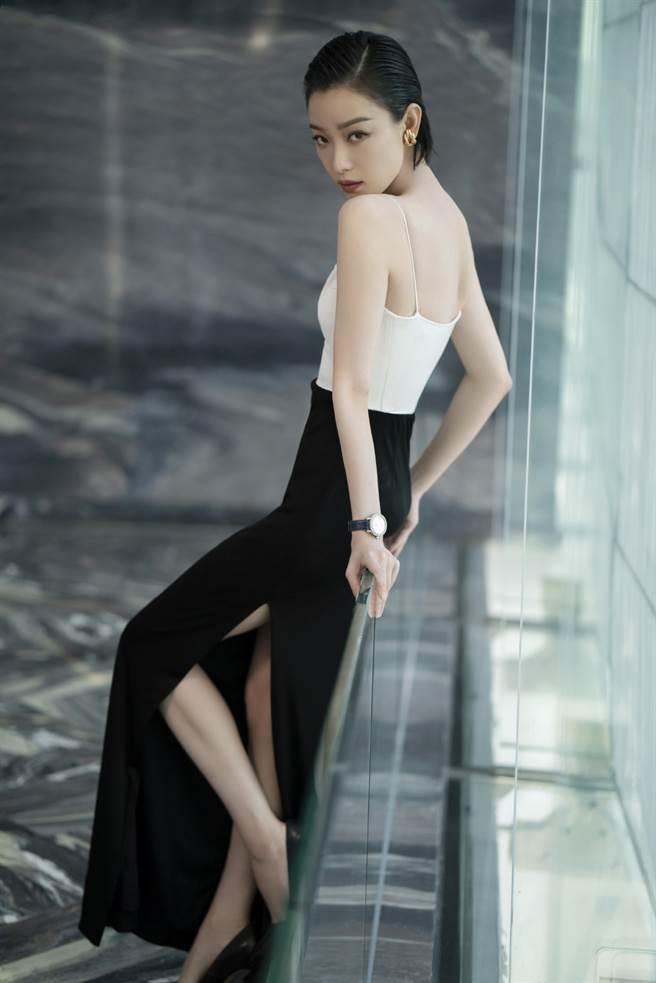 倪妮穿上一套惹火包臀裙出席公開活動,大秀凹凸有致的曲線。(圖/摘自微博@倪妮工作室)