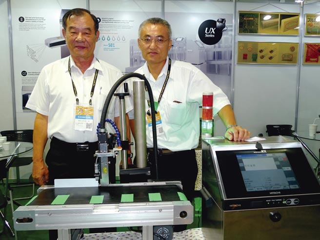 協立機械總經理林等廖(左)指出,激光雷射打標機強大的打印功能,可應用在各種外包裝基板上印字。圖/黃台中