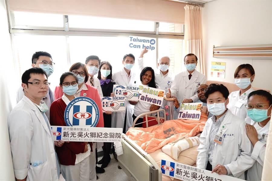 新光醫療團隊與帛琉當地病患合影。(新光醫院提供)