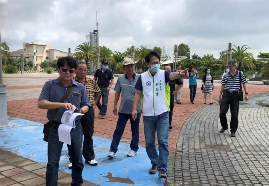 民進黨立委邱志偉(前右)到興達港的情人碼頭勘查,他希望將此處規畫成興達海洋公園。(邱志偉服務處提供/林瑞益高雄傳真)