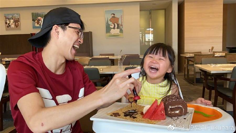 江宏杰挤巧克力酱,逗得小小爱开心大笑。(图/翻摄自微博)