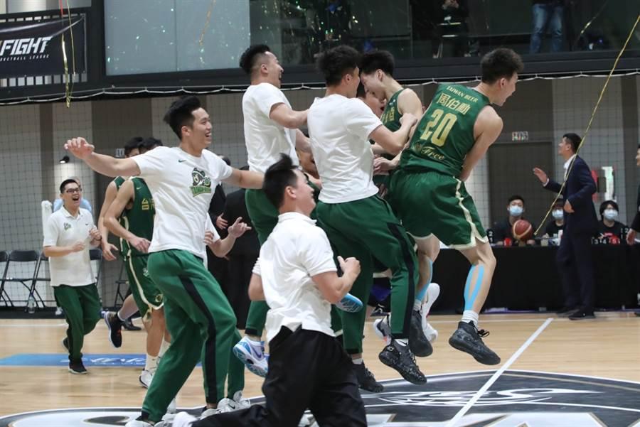 台啤在SBL總冠軍賽擊敗裕隆後,球員又叫又跳奔跑到場中互相擁抱慶祝。(報系資料照/鄭任南攝)(禁止酒駕,飲酒過量,有害健康)