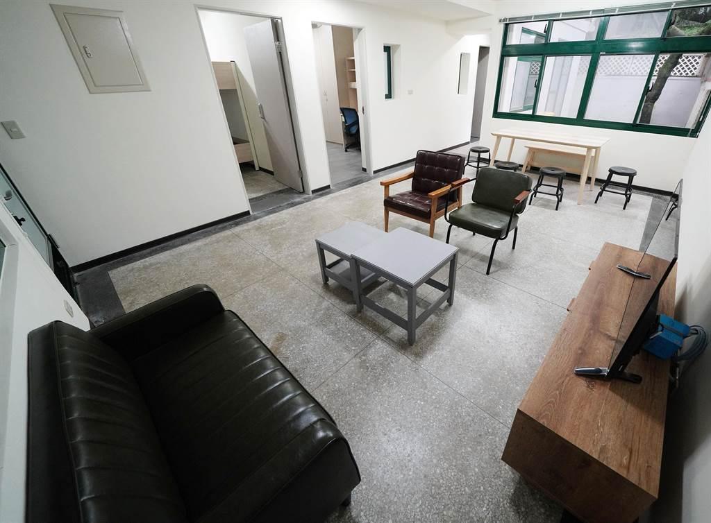 文大老屋新造改建文青風宿舍,有獨立的客廳、廚、衛,為國際學人營造家的感覺。(文大提供/李侑珊台北傳真)
