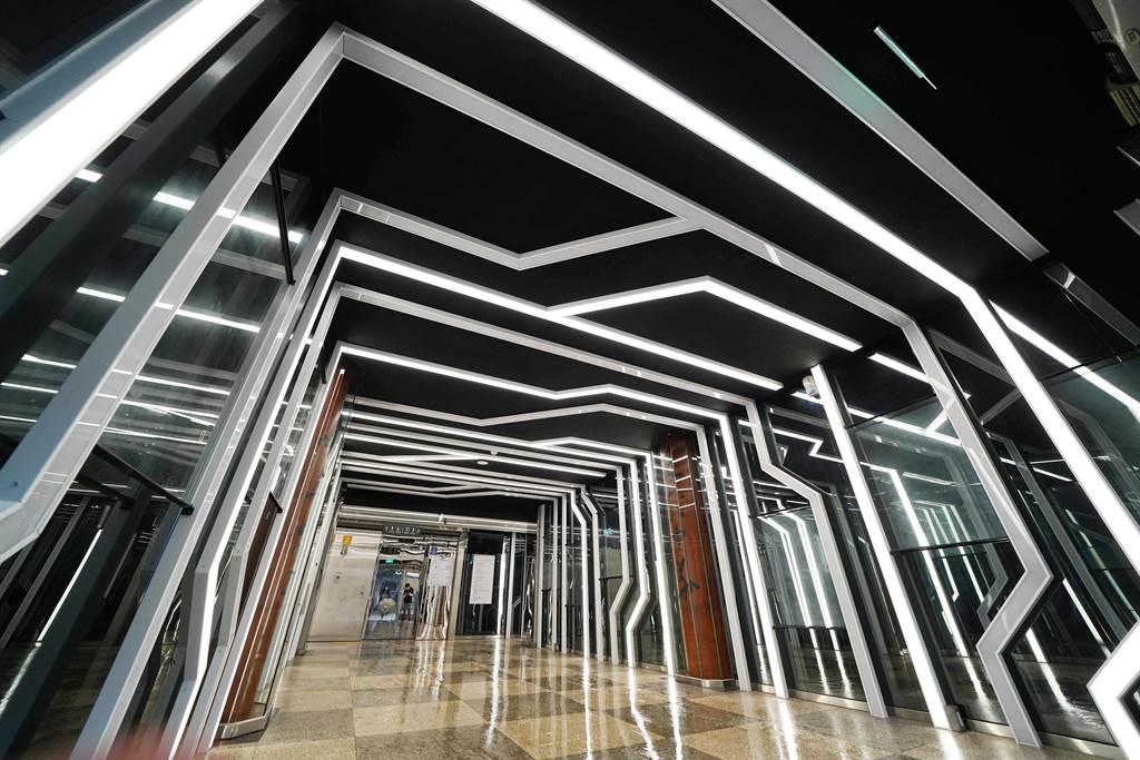 文大大義館門廳川廊,穿梭其間如同身處空間網絡。(文大提供/李侑珊台北傳真)