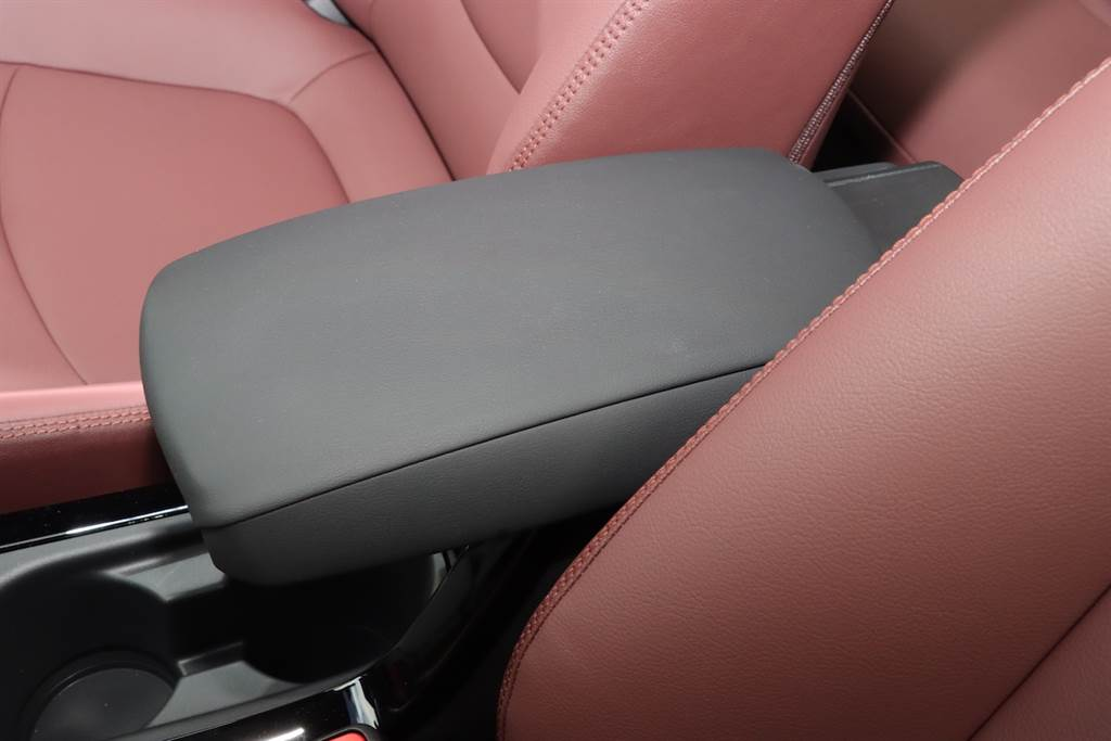 可滑動中央扶手可以自由找到想要的位置。