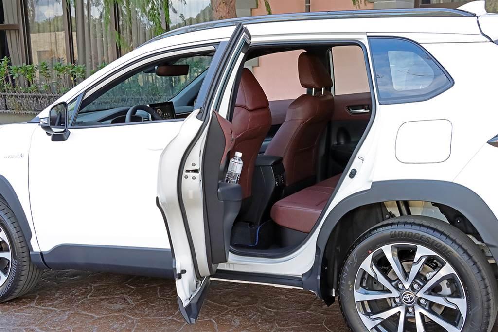 後車門雖然沒有達到近乎90度的表現,但開口加大之後同樣能夠方便上下車。
