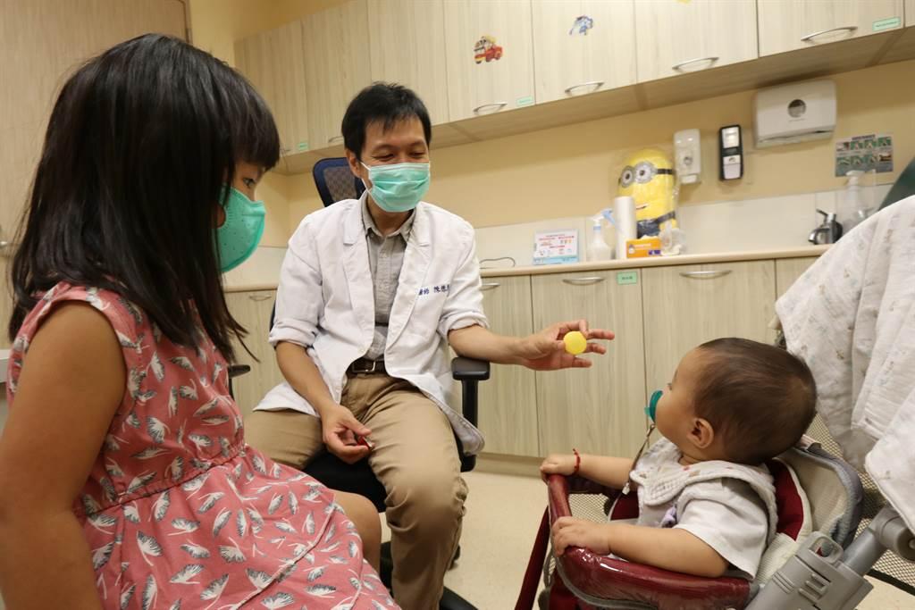 亞洲大學附屬醫院兒童腸胃科主治醫師陳德慶(中)提醒,家中幼兒若出現突發性腹痛、嘔吐等情況,應儘速就醫治療。(林欣儀攝)