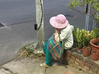 徒步離家10公里迷途 失智婦呆坐派出所前電桿