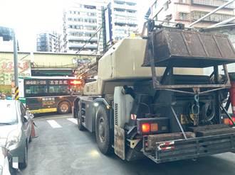 吊車前臂突出撞公車卡路口 警疏導15分鐘恢復交通順暢