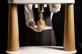 桌邊現做超療癒甜點 全台唯一「拉麵擠花機」在這家飯店登場啦