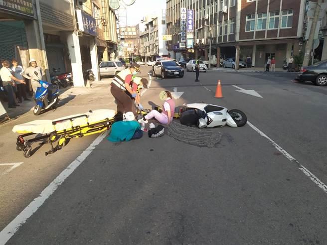 老婦與機車騎士發生碰撞事故,2人傷勢嚴重,送醫急救目前在加護病房救治。(民眾提供/何冠嫻苗栗傳真)