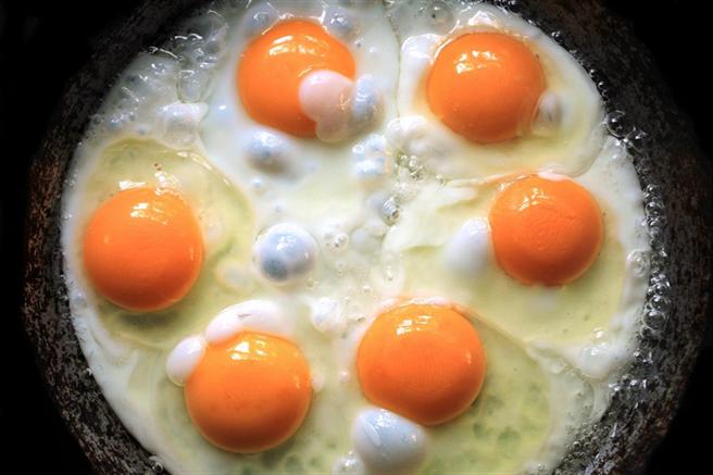 吃蛋讓膽固醇過高錯了!營養師曝真正可怕的是高溫、多油。(示意圖/達志影像)